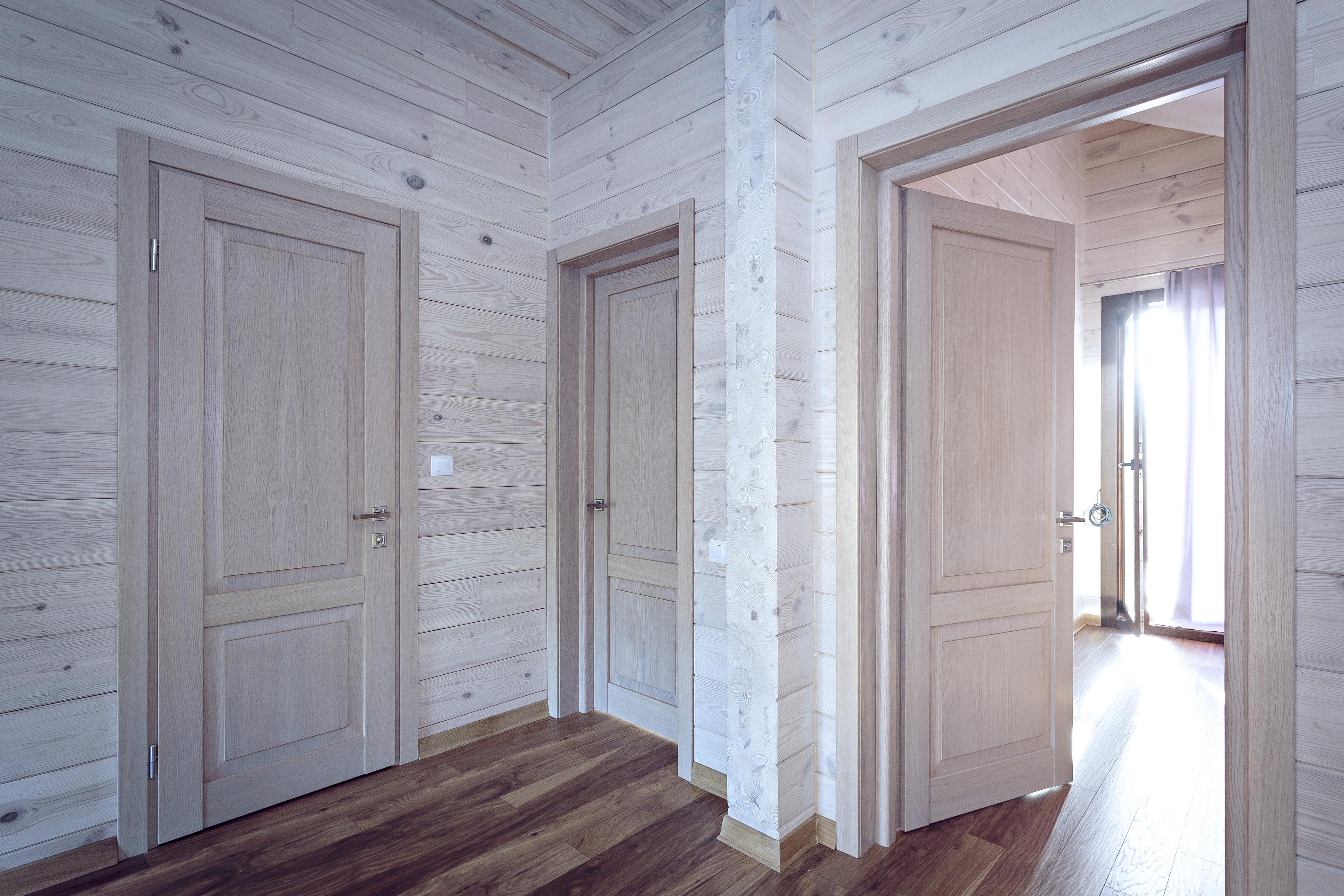 межкомнатные двери в доме из бруса фото кажется